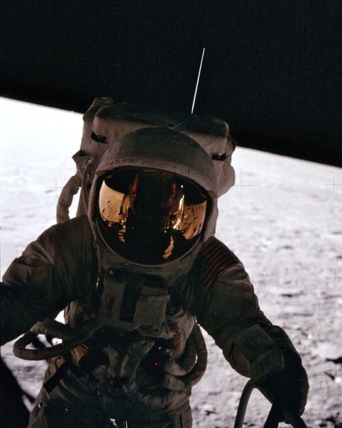 Чарльз Конрад выходит на поверхность Луны