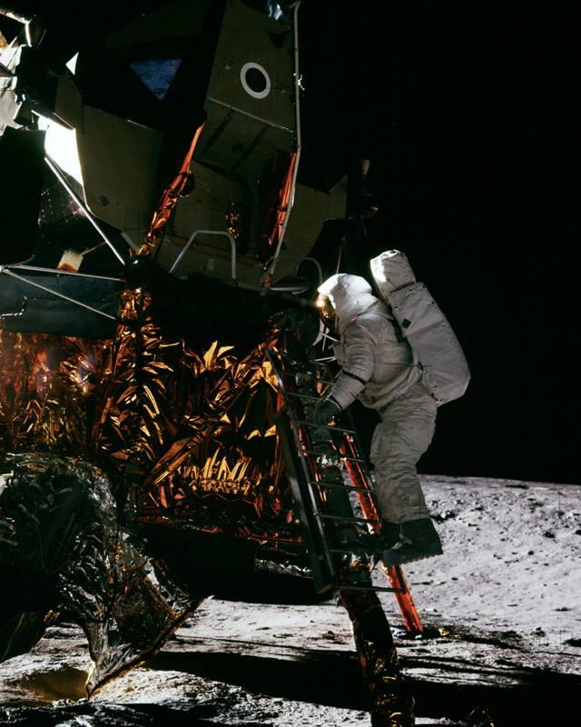 Алан Бин покидает лунный модуль