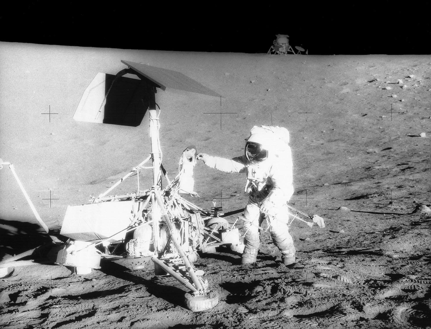 Астронавты Apollo 12 возле Surveior 3. На заднем плане лунный модуль.