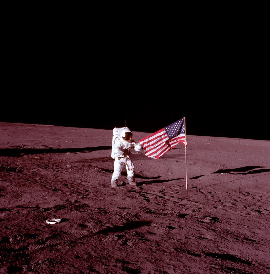 Конрад фотографируется с флагом