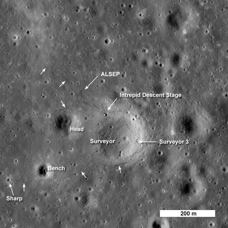 Место посадки Apollo 12 (Intrepid). Стрелочки показывают на тропинки следов. Фото Lunar Reconnaissance Orbiter, 2003